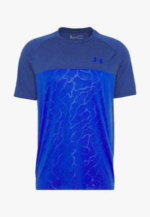 TECH EMBOSS - T-shirt con stampa - american blue/versa blue