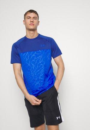 UA TECH 2.0 SS EMBOSS - T-shirt print - american blue/versa blue