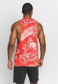 Under Armour - PROJECT ROCK ALOHA CAMO TANK - Camiseta de deporte - versa red/black - 2