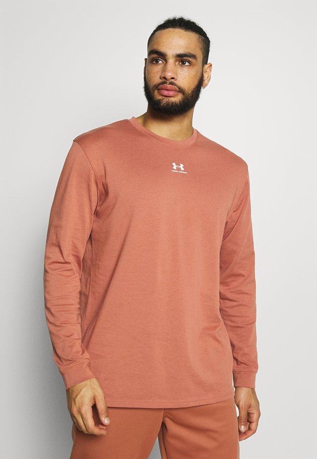 UA PTH SLEEVE LS - Camiseta de deporte - cedar brown/onyx white