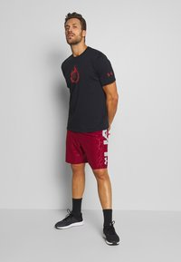 Under Armour - PROJECT ROCK STAY STRONG - T-shirt imprimé - black/versa red - 1