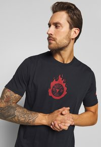 Under Armour - PROJECT ROCK STAY STRONG - T-shirt imprimé - black/versa red - 3