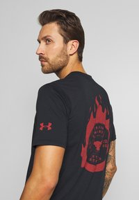 Under Armour - PROJECT ROCK STAY STRONG - T-shirt imprimé - black/versa red