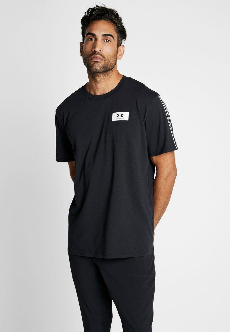 Under Armour - ORIGINATORS SHOULDER - T-shirt con stampa - black/onyx white