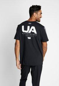 Under Armour - ORIGINATORS SHOULDER - T-shirt con stampa - black/onyx white - 2