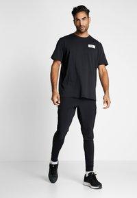 Under Armour - ORIGINATORS SHOULDER - T-shirt con stampa - black/onyx white - 1