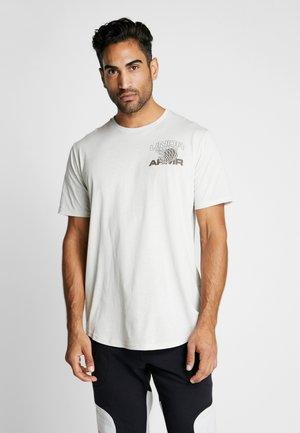 PURSUIT TEE - T-shirt con stampa - summit white/mountain brown