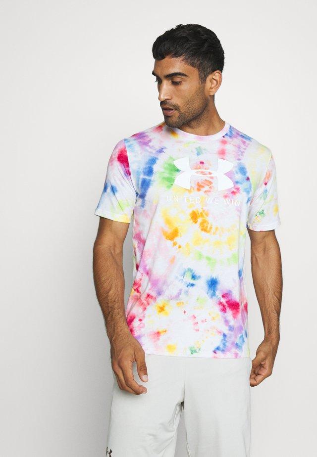 PRIDE TIE DYE - Camiseta estampada - white