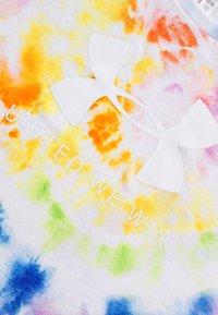 Under Armour - PRIDE TIE DYE - T-shirt imprimé - white - 2