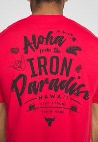 Under Armour - PROJECT ROCK IRON PARADISE  - Camiseta de deporte - versa red/black - 6