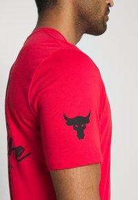 Under Armour - PROJECT ROCK IRON PARADISE  - Camiseta de deporte - versa red/black - 4