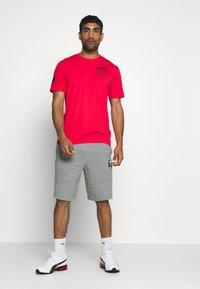 Under Armour - PROJECT ROCK IRON PARADISE  - Camiseta de deporte - versa red/black - 1