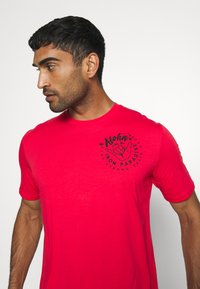 Under Armour - PROJECT ROCK IRON PARADISE  - Camiseta de deporte - versa red/black - 3