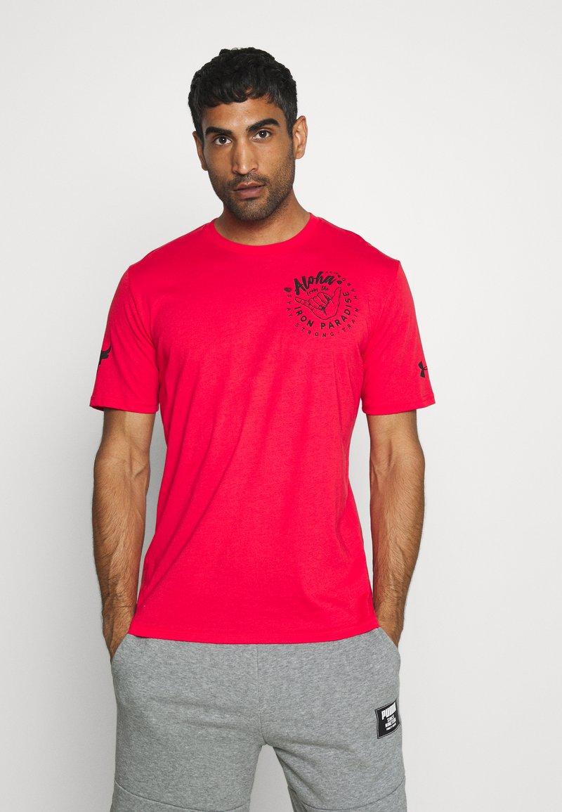 Under Armour - PROJECT ROCK IRON PARADISE  - Camiseta de deporte - versa red/black
