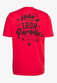 Under Armour - PROJECT ROCK IRON PARADISE  - T-shirt sportiva - versa red/black - 1