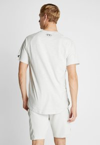 Under Armour - PROJECT ROCK CHARGED - Camiseta estampada - summit white/black - 2