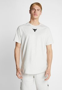 Under Armour - PROJECT ROCK CHARGED - Camiseta estampada - summit white/black - 0