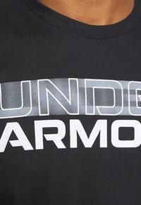 Under Armour - BLURRY LOGO WORDMARK  - Camiseta estampada - black/mod gray - 5