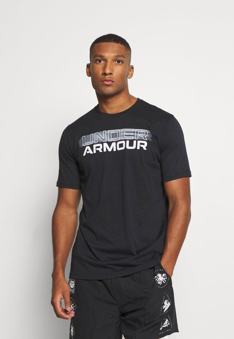Under Armour - BLURRY LOGO WORDMARK  - Camiseta estampada - black/mod gray