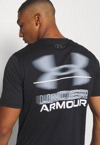 Under Armour - BLURRY LOGO WORDMARK  - Camiseta estampada - black/mod gray - 3