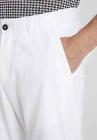Under Armour - TAKEOVER GOLF PANT TAPER - Chinot - white - 3