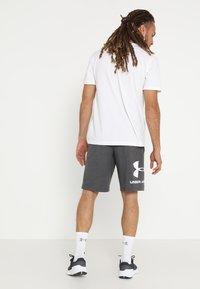 Under Armour - SPORTSTYLE COTTON LOGO SHORTS - Sports shorts - charcoal medium heather/white - 2