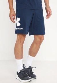 Under Armour - SPORTSTYLE COTTON LOGO SHORTS - Pantaloncini sportivi - academy/white - 0