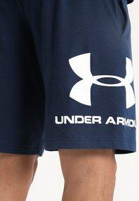 Under Armour - SPORTSTYLE COTTON LOGO SHORTS - Pantaloncini sportivi - academy/white - 5
