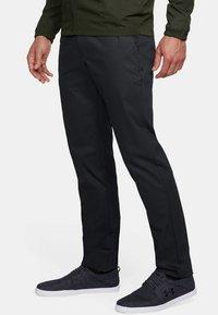 Under Armour - SHOWDOWN CHINO TAPER PANT - Kalhoty - black - 2