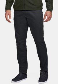 Under Armour - SHOWDOWN CHINO TAPER PANT - Kalhoty - black - 0