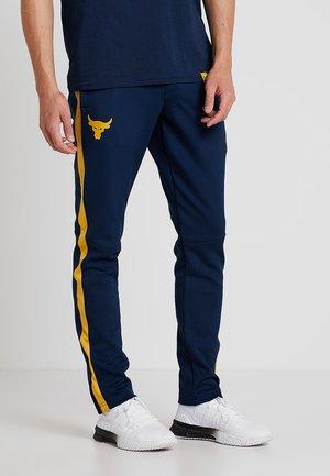 PROJECT ROCK TRACK PANT - Teplákové kalhoty - academy/pitch gray