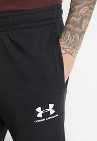 Under Armour - SPORTSTYLE - Pantalones deportivos - black/onyx white - 4