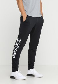 Under Armour - SPORTSTYLE GRAPHIC  - Träningsbyxor - black - 0