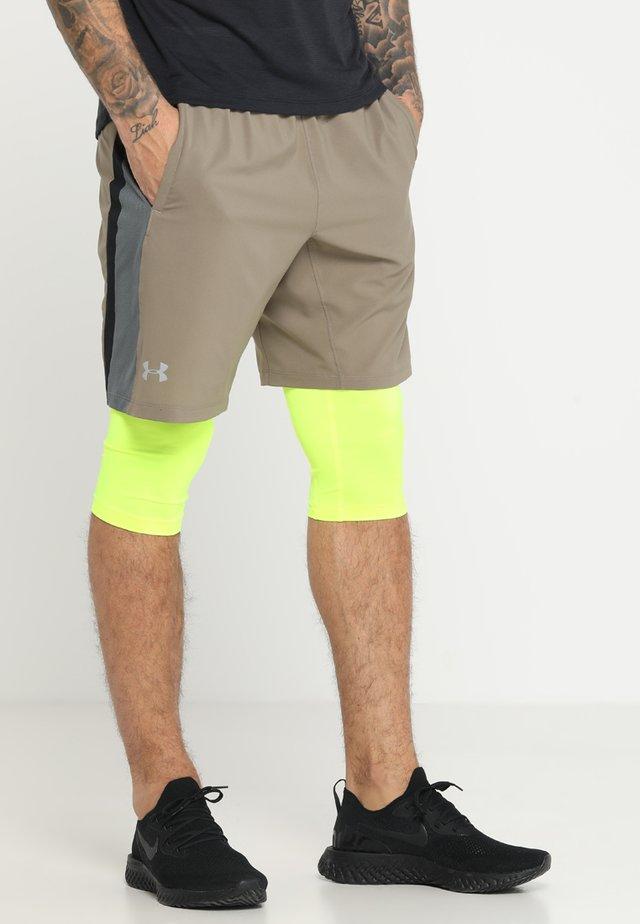 LAUNCH 2IN1 LONG SHORT - Pantalón corto de deporte - silt brown/high-vis yellow