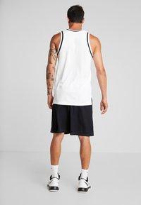Under Armour - BASELINE SHORT - Pantaloncini sportivi - black/pitch gray/white - 2
