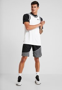 Under Armour - BASELINE SHORT - Pantaloncini sportivi - black/pitch gray/white - 1