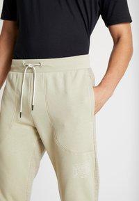 Under Armour - BASELINE JOGGER - Spodnie treningowe - range khaki/onyx white - 3