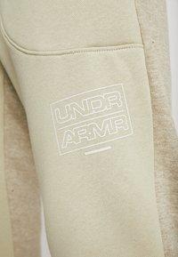 Under Armour - BASELINE JOGGER - Spodnie treningowe - range khaki/onyx white - 4