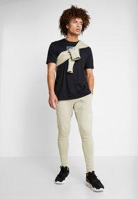 Under Armour - BASELINE JOGGER - Spodnie treningowe - range khaki/onyx white - 1
