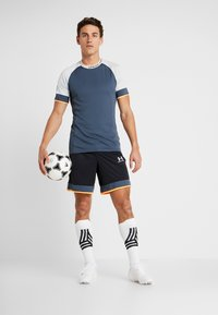 Under Armour - CHALLENGER SHORT - Sports shorts - black /wire/halo gray - 1
