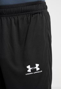 Under Armour - CHALLENGER SHORT - Sports shorts - black /wire/halo gray - 4