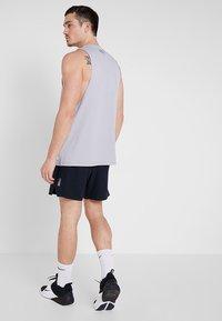 Under Armour - SPEEDPOCKET LINERLESS SHORT - Pantaloncini sportivi - black/reflective - 2