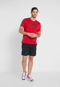 Under Armour - VANISH SHORT NOVELTY - Pantaloncini sportivi - black/beta red - 1