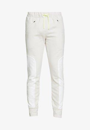 MOMENTS PANT - Pantalon de survêtement - summit white/onyx white