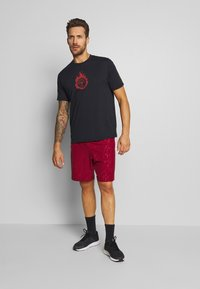 Under Armour - GRAPHIC EMBOSS SHORTS - kurze Sporthose - cordova/mod gray - 1