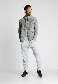 Under Armour - DOUBLE - Teplákové kalhoty - halo gray/black - 1