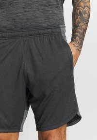 Under Armour - KNIT TRAINING SHORTS - Korte sportsbukser - black/mod gray - 3