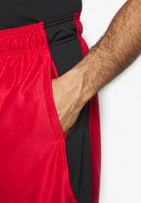 Under Armour - Pantaloncini sportivi - red/black