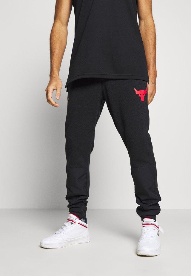 PROJECT ROCK - Pantalon de survêtement - black full heather/versa red