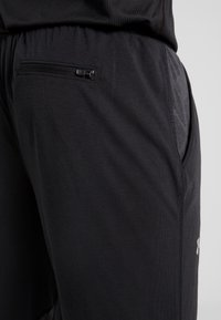 Under Armour - STREAKER SHIFT PANT - Verryttelyhousut - black - 4